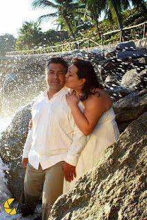 Utiliza tu vestido y diviértete en un Trash the Dress es ideal para tu boda en playa por Bodas Huatulco