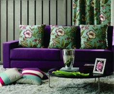 Combinação de tendências: floral com linear, em tons vibrantes. Couch, Throw Pillows, Bed, Furniture, Florals, Home Decor, Places, Simple Bathroom, Floral Prints