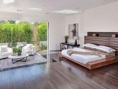 chambre design moderne avec lit et tête de lit en bois à finition brillante