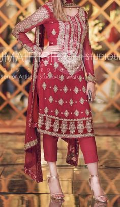 Brides friend at the Mehndi – The Best Ideas Pakistani Wedding Outfits, Pakistani Wedding Dresses, Formal Dresses For Weddings, Indian Dresses, Couture Dresses, Fashion Dresses, Mehndi Dress, Pakistani Couture, Designs For Dresses