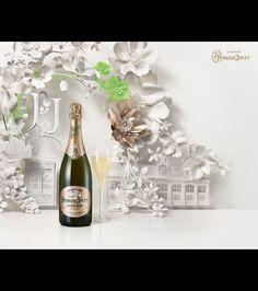 Une bouteille Perrier-Jouët créée pour fêter les 200 ans de la maison, et mise en valeur par la composition florale de Jo Lynn Alcorn