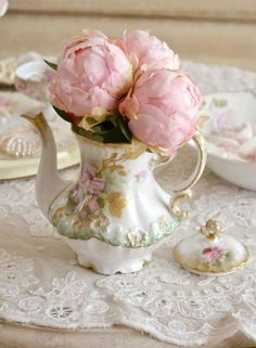 Peonies and vintage china-a perfect combination! Rose Cottage, Shabby Chic Cottage, Vintage Shabby Chic, Shabby Chic Style, Vintage Tea, Romantic Cottage, Vintage Party, Vintage China, Teapot Centerpiece
