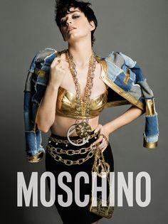 Dorada, con el cabello corto y oscuro, Katy Perry deslumbra con un look de oro. Con muchas joyas over sizeden