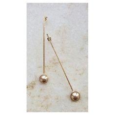 Tom sobre tom  Brinco comprido com pérola bronze. [Compras e informações via direct] #perola #copella #brinco #acessorios #design #ootd