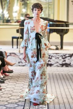Brock Collection Spring 2020 Ready-to-Wear Fashion Show Collection: See the complete Brock Collection Spring 2020 Ready-to-Wear collection. Look 31 Chiffon Jacket, Silk Jacket, Silk Chiffon, Silk Satin, Satin Midi Skirt, Batik, Looks Chic, Fashion Show Collection, Mannequins