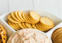 Εύκολο και γρήγορο Ντιπ με λιαστή ντομάτα και τυρί Snack Recipes, Snacks, Dairy, Chips, Bee, Food, Gastronomia, Snack Mix Recipes, Appetizer Recipes