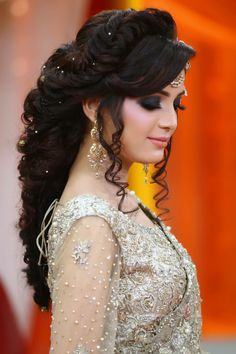 New Hairstyles For Indian Wedding Function- Mehdi, Haldi & Sangeet 2019 - - My list of women's hairstyles Bridal Hairstyle Indian Wedding, Pakistani Bridal Makeup, Bridal Hair Buns, Bridal Hairdo, Hairdo Wedding, Long Hair Wedding Styles, Wedding Hairstyles For Long Hair, Bridal Hair And Makeup, Wedding Curls