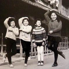 一家に1枚、「シェー」の写真Japanese kids fooling around for the camera. 1966.