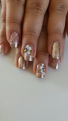Unhas Decoradas Tendências, Passo a Passo e Fotos nail . Fancy Nails, Gold Nails, Cute Nails, Pretty Nails, My Nails, Feather Nails, Gold Nail Designs, French Tip Nails, Flower Nail Art