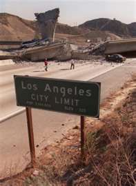 I remember when I was a child and the destruction an earthquake had in Los Angeles. This picture reminds me of traveling down to Los Angeles with my parents to see my step sister. California History, Vintage California, California Love, Southern California, California English, Los Angeles County, Los Angeles California, Northridge Earthquake, Earthquake And Tsunami