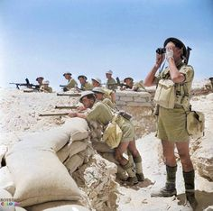 1942 Battle of El Alamein - British Infantry manning a sandbagged defensive position awaiting Rommels Panzer unit British Soldier, British Army, Afrika Corps, North African Campaign, British Uniforms, Ww2 Uniforms, Home Guard, Historia Universal, History Online