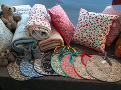 Mes petits bavoirs, coussins et couvertures en Liberty / My little bibs, cushions and blankets in Liberty