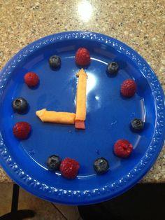 Aprende las horas en la comida. Crea un divertido reloj comestible con frutas. Ideas originales cocina para niños