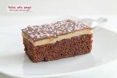 Este bizcocho de chocolate y mazapán, completado con cobertura de chocolate, seguro que hará las delicias de los amantes del chocolate. http://postresentreamigos.com/bizcocho-de-chocolate-y-mazapan/