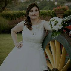 Gloria bellissima nel suo abito a sposa in pizzo