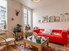 Un appartement bohème de 30m2 à Vincennes Bright Colored Furniture, Colorful Furniture, Design Your Home, House Design, Decoration Chic, Decorations, Vintage Interior Design, Style Deco, Salon Style
