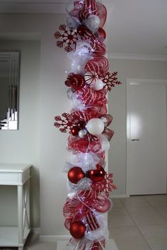 Warm & Festive Red and White Christmas Decor Ideas - Hike n Dip Give your Christmas decoration a festive touch. Try the classic Red and white Christmas decor. Here are Red and White Christmas decor ideas for you. Noel Christmas, All Things Christmas, Winter Christmas, Christmas Wreaths, Outdoor Christmas, Christmas Sleighs, Candy Cane Christmas Tree, Winter Wreaths, Purple Christmas
