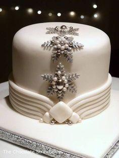 Art Deco Inspired Christmas Cake - Cake by Sarah Jones - CakesDecor Christmas Cake Designs, Christmas Cake Decorations, Christmas Cupcakes, Holiday Cakes, Xmas Cakes, Torte Frozen, Winter Torte, Winter Cakes, Super Torte