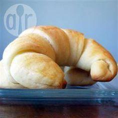 Croissant de batata @ allrecipes.com.br - Croissant simples de forno com massa de batata. Todos adoram essa receita, que é sempre sucesso garantido!