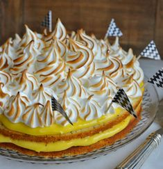 2 Det er snart påske og hva er vel bedre enn å lage en skikkelig god påskekake? Jeg bare elsker denne kaken! Den har en perfekt sammensetning av smak og konsistens, med den friskelemoncurden mot den søte myke italienske marengsen og valmuefrøene som gir en fin liten krønsj. Den kan også gjøres ferdig i god …