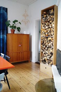 woodholder, diy, dining room, vaneri, plywood, klapikaappi, puun säilytys, puuteline, tee itse, ruokailuhuone, himmeli, liinavaatekaappi, iso pirtinpöytä, fireplace, takka, old house, vanha talo Interior Design, Interior Ideas, Houseplants, Vintage Furniture, Colours, Traditional, Cabinets, Home Decor, Organisation