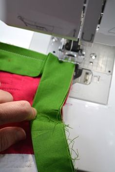 What& the secret to sewing sharp, neat mitered corners on your quilt binding? Find out with this tutorial, including a few expert tips. Sewing Mitered Corners, Quilt Corners, Quilt Binding Tutorial, Sewing Binding, Sewing Patterns Free, Free Sewing, Sewing Designs, Hand Sewing, Quilt Tutorials