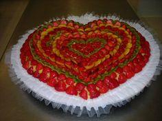 Dolce decorato con tulle - Torta a cuore con fragole e kiwi.