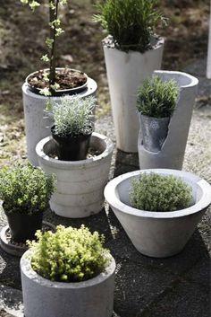 déco de jardin DIY en béton - des pots à fleurs de forme cylindrique