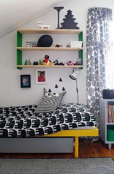 Lastenhuone. Keltaiset sängyt ovat kierrätyskeskuksesta, norsu lakanat Finlaysonin.