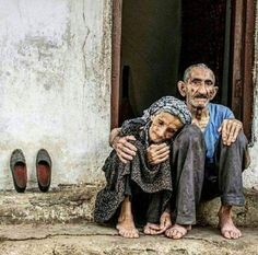 Una tristeza que humanos sigan viviendo con hambre y miseria! Vieux Couples, Old Couples, Old People Love, Beautiful People, Working People, Growing Old Together, Old Faces, Everlasting Love, People Around The World