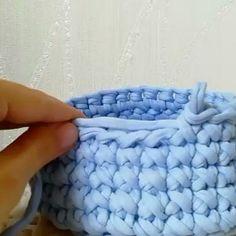 Encerrando o domingo repostando esse ponto centrado cruzado que já é bem conhecido, mas sempre tem gente nova chegando e querendo aprender! Crochet Bowl, Crochet Yarn, Crochet Stitches, Crochet Patterns, Crotchet Bags, Crochet Storage, Batik Quilts, Bobble Stitch, Modern Crochet