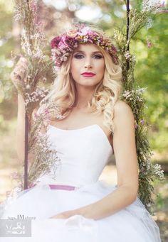 Igazán tündéri menyasszony.  Sok rétegű tüllből készült rövid szoknyával és pántnélküli felsővel. Bohém menyasszonyoknak ajánlva.  -- He's a fairy bride. With a short skirt made of many layers of tulle and a strapless top. Offered to Bohemian Brides.