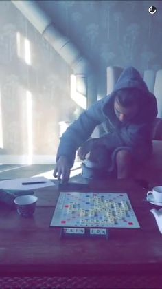 Harry Styles Updates @HSupdating Harry playing scrabble in Georgia Fowler's snapchat today 10.14.15 || (btw her snapchat is Georgiafowler17) -C