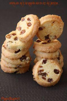 SABLES AUX RAISINS SECS ET AU RHUM – Paprikas Desserts With Biscuits, No Cook Desserts, Cookie Desserts, Cookie Recipes, Snack Recipes, Dessert Recipes, Tea Biscuits, Biscuits And Gravy, Biscuit Cookies