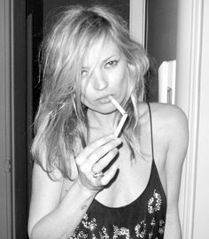 Kate Moss-Lighting a cig from another cig. Photo by Terry Richardson. Terry Richardson, People Smoking, Women Smoking, Girl Smoking, Ella Moss, Karl Lagerfeld, Kate Moss Stil, Heroin Chic, Miss Moss