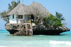 """""""至高の眺め""""ザンジバルの海上レストランが旅好きの間で話題だとか。世界中の人から一度は訪れてみたいレストランとして有名になりつつある「ザ・ロック」ですが事前に予約をしないと入れない人気っぷり!!ザンジバルは、世界でもっとも美しいビーチを誇る大自然の楽園でもあります。行ってみたいー!!"""