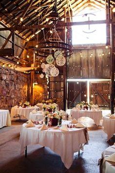 Una decoración de bodas con globos de papel iluminando el espacio le da elegancia y un aire romántico a una recepción rústica. Decoración de bodas con globos originales en el Santa Margarita Ranch. Foto: Sarah Kathleen Photography via weddingwire.com