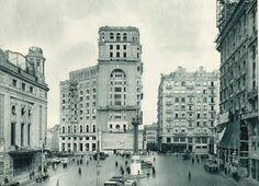 Plaza del Callao, con el edificio del Palacio de la Prensa en construcción, 1927. Este edificio responde a un diseño del arquitecto Pedro Muguruza Otaño. Se tardaron cuatro años en su construcción, desde 1924 a 1928. Hasta que se construyó el edificio de Telefónica, también en Gran Vía, fue el edificio más alto de Madrid. Fue levantado por encargo de la Asociación de la Prensa de Madrid.