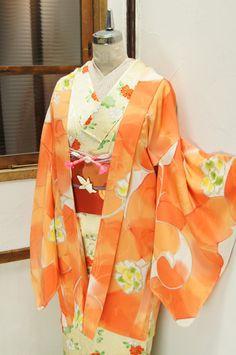 マンダリンオレンジの澄んだ色の重なりに、優美に蔓をまくアラベスクのような洋花模様が幻想的に浮かぶレトロ羽織です。