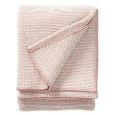 Domino is een elegant lamswollen plaid van Klippans Yllefabrik, die in verschillende kleurstellingen beschikbaar is.