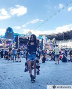 Sandra Bendre wearing at Untold Festival. Untold Festival, Festival Looks, Floral Kimono, Times Square, Denim Shorts, Ootd, Lady, Instagram Posts, How To Wear