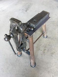 Stricking anvil and vise combo. not a bad space saving idea Metal Projects, Welding Projects, Metal Crafts, Homemade Forge, Homemade Tools, Metal Working Tools, Metal Tools, Forging Tools, Knife Making Tools