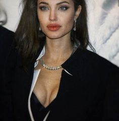 Image discovered by Find images and videos about girl, woman and Angelina Jolie on We Heart It - the app to get lost in what you love. Angelina Jolie Fotos, Angelina Jolie Makeup, Angelina Jolie Pictures, Angelina Jolie Style, Brad Pitt And Angelina Jolie, 90s Makeup, Hair Makeup, Beyonce Makeup, Pretty People