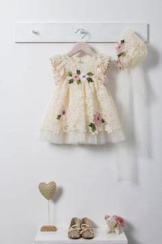 Εκρού φόρεμα βάπτισης της Bambolino από δαντέλα, στολισμένο με pon pon, χειροποίητα λουλούδια, μαζί με ασορτί τούλινη μπαντάνα. Vintage Baby Dresses, Girls Dresses, Flower Girl Dresses, Christening, Kids Fashion, Wedding Dresses, Clothes, Girl Clothing, Little Girls