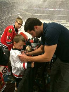 There are very few sports where the players are so accessible to their fans. That's what I love about hockey. Blackhawks Hockey, Hockey Mom, Hockey Teams, Chicago Blackhawks, Hockey Players, Ice Hockey, Chicago Chicago, Sports Teams, Corey Crawford