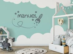 Este #vinilo personalizado #infantil para habitaciones, dormitorios o cuartos infantiles gustará a los más peques de la casa que sueñan con ser astronautas y a los mayores que siempre están en las nubes. Este vinilo de nombre en tipografía manuscrita es de diseño #minimalista de #diseñonórdico, con una ilustración de un simpático cohete espacial. Personalizable en color, nombre y tamaño. #Buwify #BuildingWishes #HomeDecor #PersonalizaTuVida #PersonalizandoQueEsBuwify…