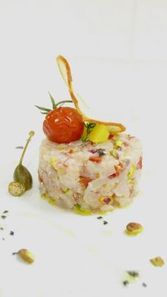 Raw fish tartare recipe with pistachios Party Finger Foods, Finger Food Appetizers, Appetizer Recipes, Creative Desserts, Creative Food, Tartare Recipe, Wine Recipes, Cooking Recipes, Carpaccio