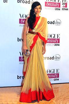 30 Gorgeous Sari Outfits— Bollywood actress Dipannita Sharma cinches her sari with a belt. Sari Draping Styles, Saree Styles, Bollywood Saree, Bollywood Fashion, Bollywood Actress, Indian Dresses, Indian Outfits, Indian Clothes, Saree With Belt