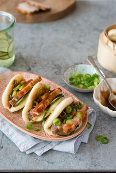 Šéfkuchař David Chang se inspiroval kantonskými plněnými knedlíčky a ve své restauraci Momofuku v New Yorku podává tyto na páře připravené bochánky s pečeným bůčkem a nakládanými okurkami. Z Momofuku pork buns se stal ikonický pokrm, který podle našeho návodu zvládnete hravě připravit i vy.