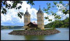 As torres da antiga igreja, o que restou da velha cidade.  As torres da igreja foram à única coisa que sobrou de Itá (Santa Catarina) inundada pela Usina Hidrelétrica de Itá